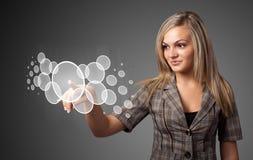 Trängande tekniskt avancerad typ för affärskvinna av moderna knappar arkivfoto