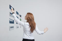 Trängande tekniskt avancerad typ för kvinna av moderna multimedia Royaltyfri Bild