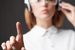 Trängande tekniskt avancerad typ för ung affärskvinna av moderna knappar royaltyfri foto