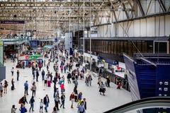 Trängd ihop folkhop på den Waterloo stationen i London, UK arkivbilder