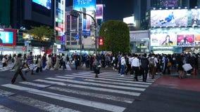 Trängd ihop Shibuya korsning på natten, Tokyo, Japan lager videofilmer
