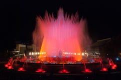 Trängsel av folk på den färgglade ljus- & vattenspringbrunnshowen Natt i Barcelona, Spanien, på den magiska springbrunnen Fotografering för Bildbyråer