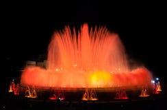 Trängsel av folk på den färgglade ljus- & vattenspringbrunnshowen Natt i Barcelona, Spanien, på den magiska springbrunnen Arkivfoto