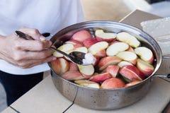Tränken Sie Apfel im Wasser mit Salz, um Oxidation zu verhindern lizenzfreies stockfoto