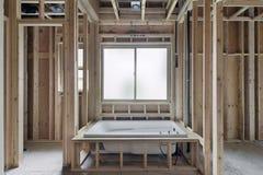 Tränkende Badewanne im Neubau-Haus Stockbilder