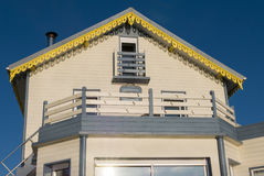 Tränytt hus i Brittany med klar blå himmel france Arkivbilder