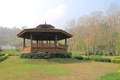Träoffentligt vila-hus för thailändsk stil Arkivfoton