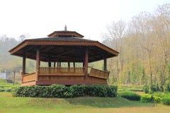 Träoffentligt vila-hus för thailändsk stil Royaltyfri Foto