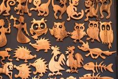 Träolika souvenir på tema av roliga djur Royaltyfria Bilder