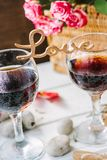 Träord FÖRÄLSKELSE som står på exponeringsglas av vin Royaltyfria Foton
