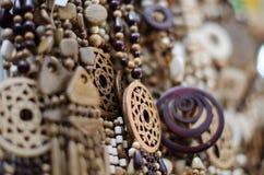 Träpärlor och hängear, träsmycken för kvinna` s på marknaden arkivfoto