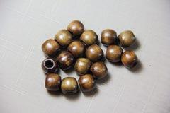 Träpärlor på en beige bakgrundsdekor Royaltyfria Foton