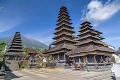 Träpagodtak av den Pura Besakih Balinese templet royaltyfria bilder