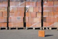 Träpalett med tegelstenar Arkivfoton
