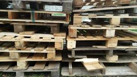 Träpaletter för trans. arkivfoto