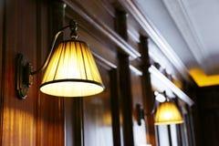 Träpaneler och lampor Fotografering för Bildbyråer