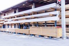Träpaneler som lagras inom ett lager Arkivbild
