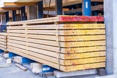 Träpaneler som lagras inom ett lager Arkivbilder