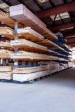 Träpaneler som lagras inom ett lager Fotografering för Bildbyråer