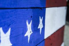 Träpatriotiskt amerikanska flaggantecken Arkivfoto