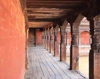 Träpelare i en tempel. Arkivbild