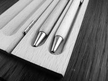 Träpennor på träbakgrund Arkivfoton