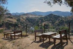 Träpicknicktabeller och bänkar i bergen, Turkiet Arkivfoton