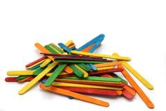 Träpinnar för färgrikt hantverk Glasspinne för skolahantverk arkivbilder