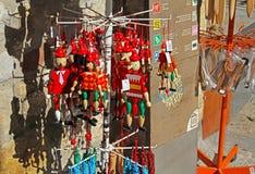 Träpinocchiosouvenir på gatamarknad i Besalu Catalonia, Spanien Fotografering för Bildbyråer