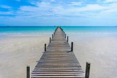 Träpir med blå havs- och himmelbakgrund Royaltyfria Foton