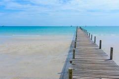 Träpir med blå havs- och himmelbakgrund Royaltyfria Bilder