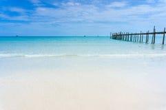 Träpir med blå havs- och himmelbakgrund Arkivbild