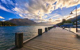 Träpir med den härliga sjön Wakatipu Royaltyfri Bild