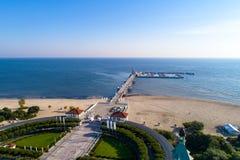 Träpir med marina i den Sopot semesterorten, Polen flyg- sikt Arkivfoton