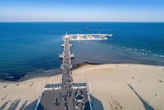 Träpir med marina i den Sopot semesterorten, Polen flyg- sikt Arkivbilder