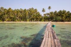 Träpir och fartyg på stranden av den Koh Kood ön, Thailand Royaltyfri Foto