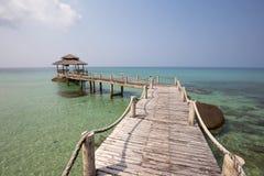 Träpir på den härliga tropiska stranden, ö Koh Kood, Thailand Arkivbild