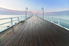Träpir på havskusten, morgonsikt, Gdynia Orlowo Polen Royaltyfria Foton