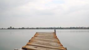 Träpir på sjön som zoomar stock video