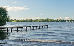 Träpir på sjön på sommar fotografering för bildbyråer