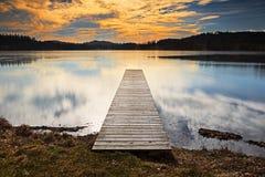 Träpir som sträcker in i sjön Arkivfoto