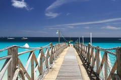 Träpir vid det blåa havet Royaltyfri Fotografi