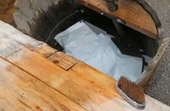 Träplanka av en forntida washhouse med TVÅL Arkivfoto