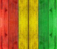 Träplanka med reggaefärgbakgrund Arkivbilder