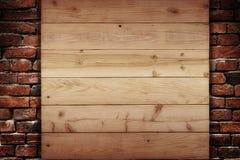 Träplanka på en vägg av tegelstenar Arkivbilder
