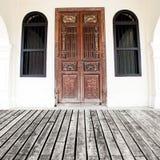 Träplankagolv- och tappningväggtegelsten med fönstret och dörren - Arkivfoto