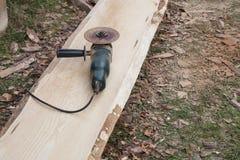 Träplankan av sörjer utan peelen, innan den sliter på process Arkivbild