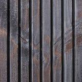 Träplankaterrassbräde, svart, Grey Wood Tar Paint Texture detalj, stora gamla åldriga mörka Gray Detailed Cracked Timber Rustic Arkivfoton