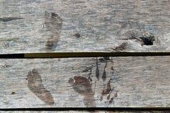 Träplankor med tryck av kal fot Royaltyfri Bild