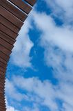 Träplankor på himmelbakgrunden Arkivfoton